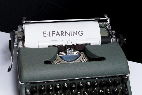 """Immagine di una macchina da scrivere con la scritta """"e-learning"""""""
