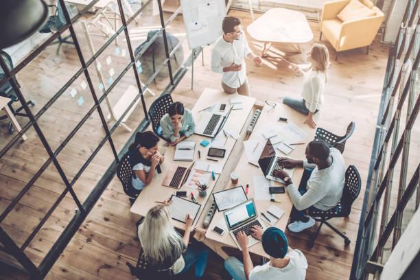 Persone che lavorano in uno spazio condiviso
